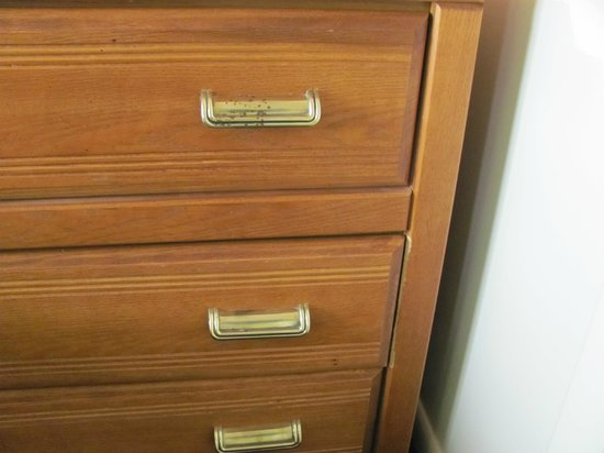 Villa Roma Resort and Conference Center: broken drawers