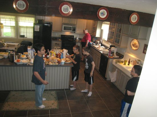 Newhart's Iron Horse Inn : Grandpa and some grandkids work on breakfast