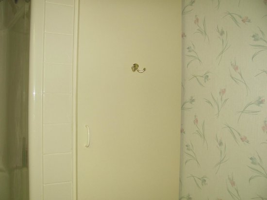 Villa Roma Resort and Conference Center : 80s wallpaper and cabinetry
