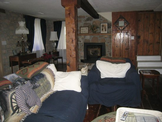 Newhart's Iron Horse Inn : Living Room - Main House