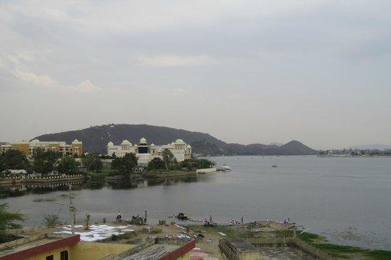Hotel Sargam Sadan: Vue de la terrasse de l'hotel sur le lac