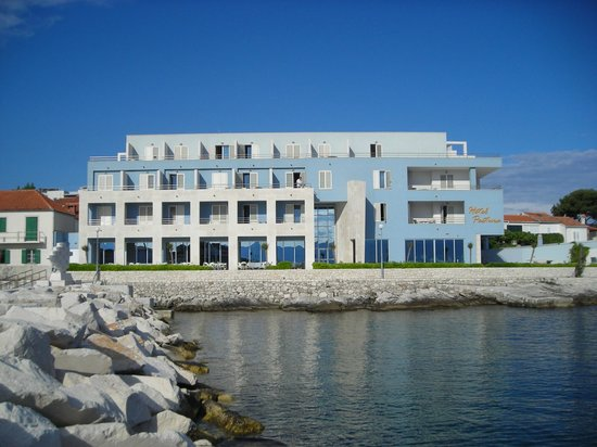 Hotel Pastura : View of hotel from sea