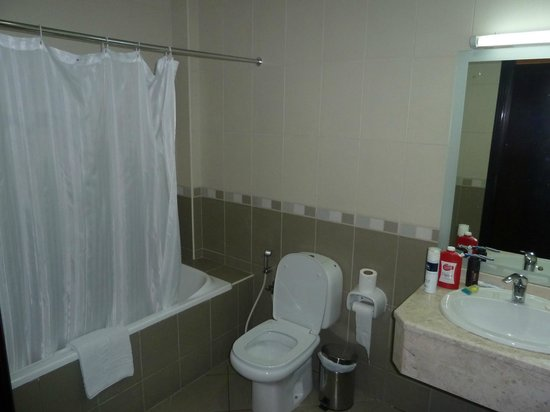 Baity Hotel Apartments: 2nd Bathroom/Shower/Toilet