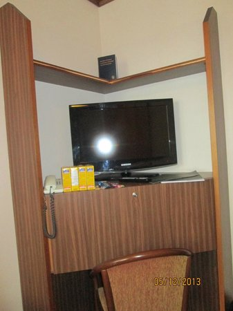 Derag Livinghotel Max Emanuel: Tv and desk area, free movies for viewing too