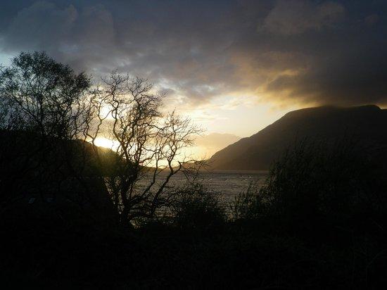 Sleepzone @ The Connemara Hostel : Vue du jardin sur le fjord