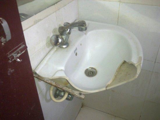 Priya Residency Hotel: broken wash basin