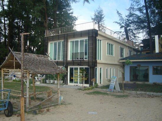 TT Naiyang Beach Phuket: Hotel seen from the beach