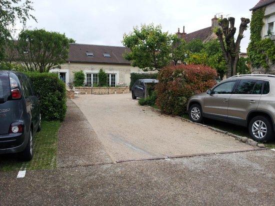 Hostellerie de Bretonniere: Une partie du parking au fond de l'hôtel