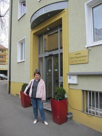 Hotel Burgschmiet: Центральный вход в отель - со стороны проезда на стоянку.