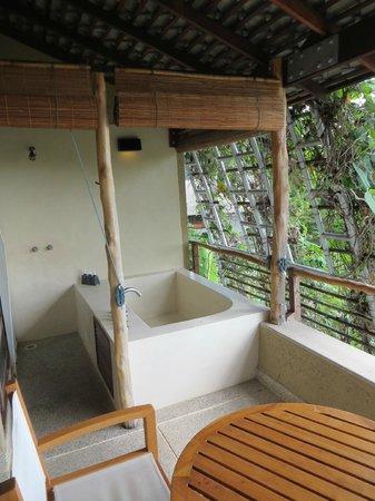 Kamalaya Koh Samui: outdoor bath/shower on suite balcony