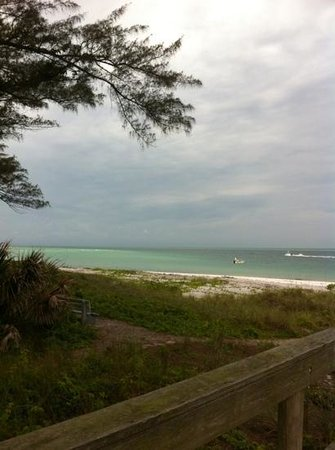 Anna Maria Motel & Resort Apartments: the view from where you walk to get to the beach