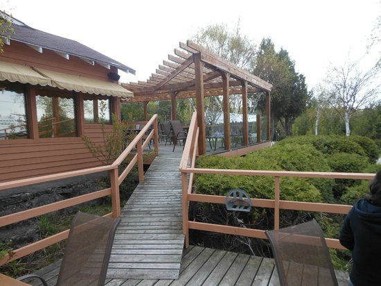 Grandview : Walkway to lower deck