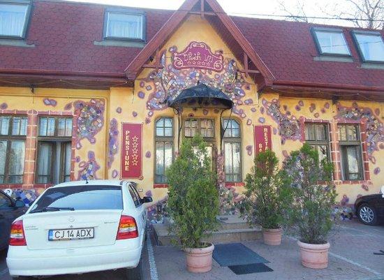 Deja Vu: Hotel Front