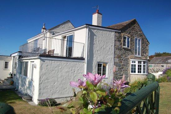 Tregaddra Farm B&B: house and garden