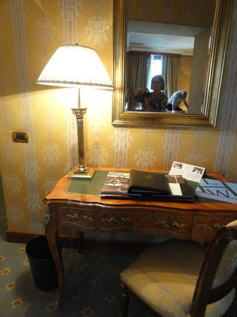 Sina Brufani: Pretty and classic table in room 310