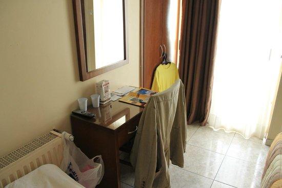 Pyramos Hotel: Desk
