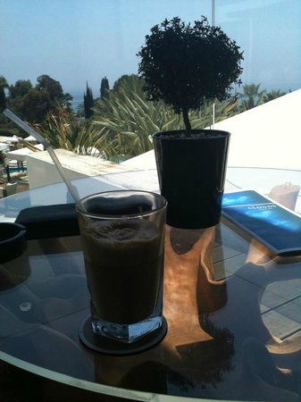 Mediterranean Beach Hotel: Un café frappé du tonnerre