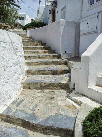 Despotiko Hotel Mykonos: steps to the front door of hotel