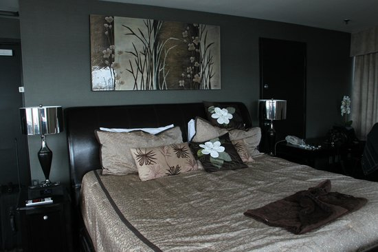 Lonsdale Quay Hotel: Modern and cushy bed and accessories