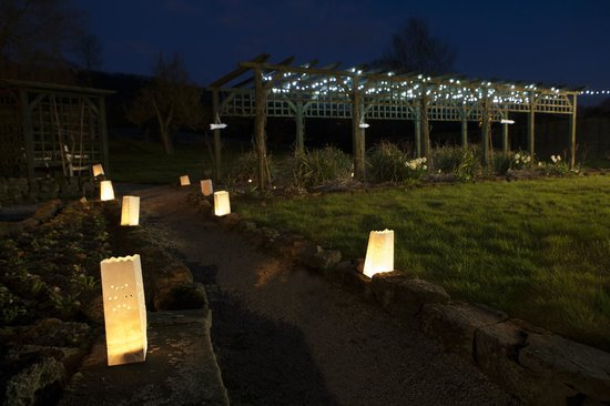 Alison House Hotel: Lighting in grounds