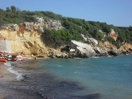Teos Village: the sandy beach and the rocks were they do scuba diving