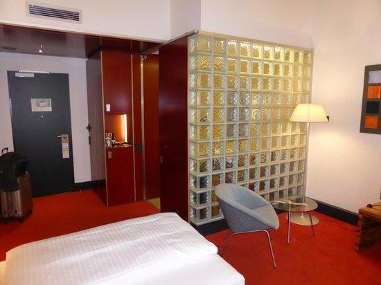 the infamous glass brick wall bild von m venpick hotel berlin berlin tripadvisor. Black Bedroom Furniture Sets. Home Design Ideas