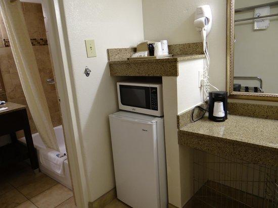 Best Western El Rancho Palacio: Microwave & refrigerator