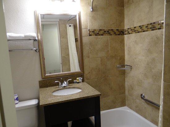 Best Western El Rancho Palacio: Bathroom area