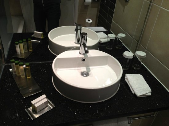 Doubletree by Hilton Chester: Sink area
