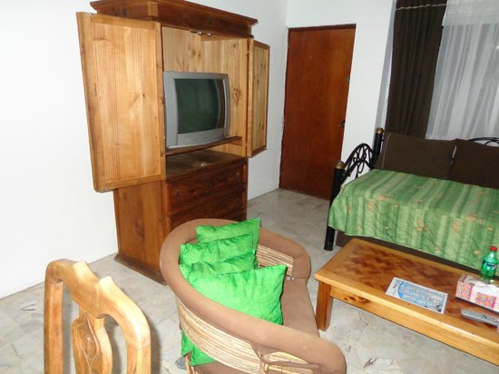 Hotel Sombrero Suites : Living room w/TV that has 100s of channels Spanish/English