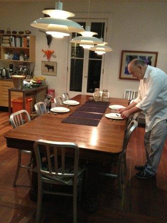 TARA Guest House: Julien apparecchia per la colazione