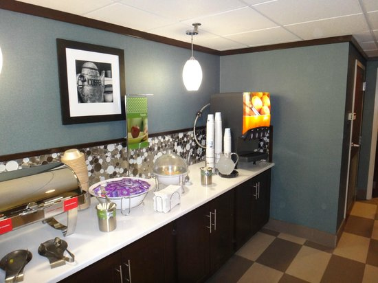 Hampton Inn Baltimore - Washington International Airport: Hot buffet and Juice Bar