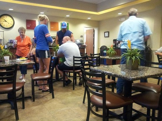Comfort Inn & Suites Fort Myers: There was a vacant table, but just one