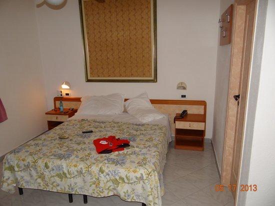 Hotel San Vincenzo Terme: letto a 2 materassi