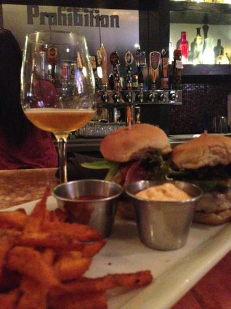 Prohibition Burgers & Beer: Order of dueal sliders