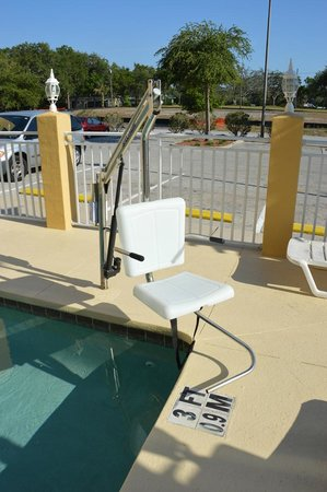 Comfort Suites: There is lift for the HC customers at the pool