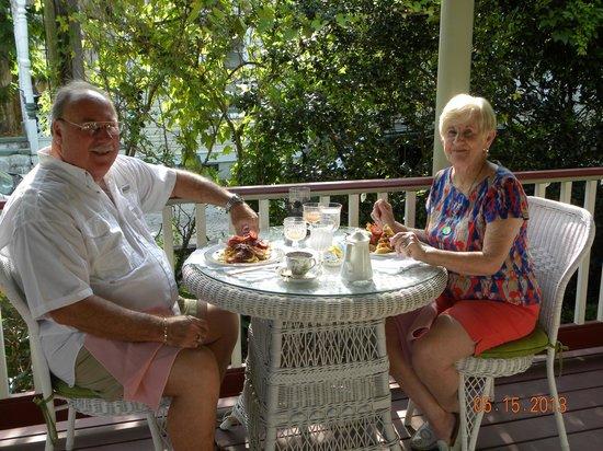 The Cedar House Inn: Breakfast on the porch