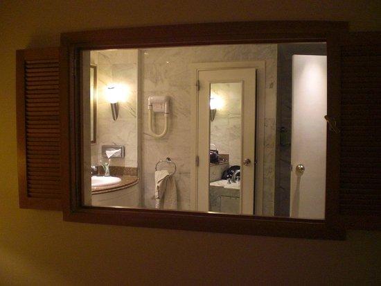 Salle de bain avec douche et baignoire et toilette séparée ...