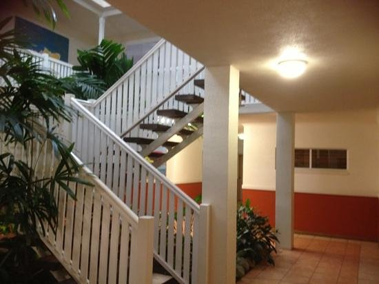 Palm Villas Port Douglas: Inside staircase.