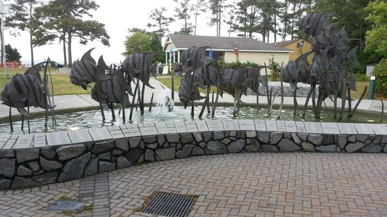 North Carolina Aquarium on Roanoke Island: Fountain just outside of building entrance.