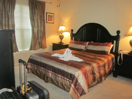 Bella Piazza Condominiums: Master bed king size