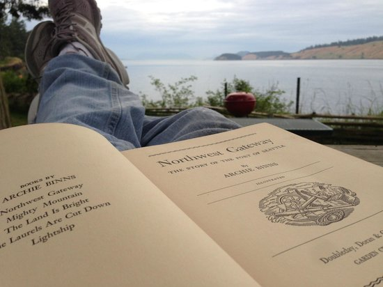 Lonesome Cove Resort : reading one of the many books about the Northwest from the onsite library while enjoying the vie