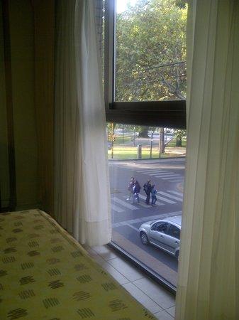 Montanas Azules Apart Hotel: Vista del dormitorio a la plaza