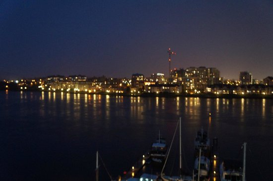 Coast Victoria Harbourside Hotel & Marina: View from my room at night