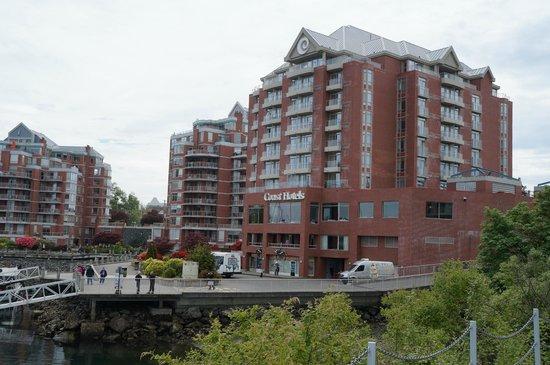 Coast Victoria Harbourside Hotel & Marina: Front of Hotel