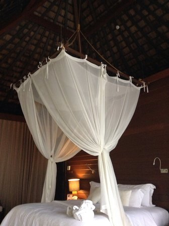 Silavadee Pool Spa Resort : Bed with canopy. Perfect honeymoon bed