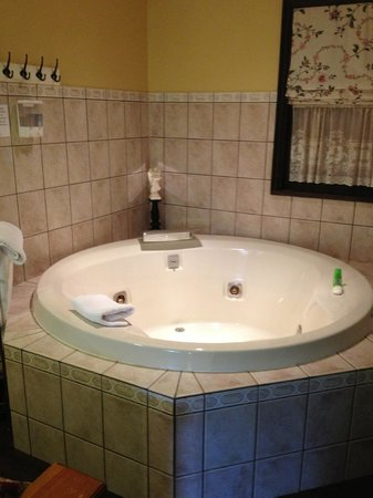 Bramblebank Cottages: Lovely jacuzzi tub