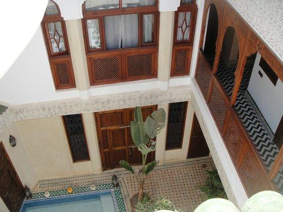 Riad de la Belle Epoque : View of courtyard from roof-top