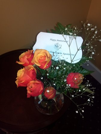 Agustin Inn: the flowers that greeted us for our anniversary...a nice and personal touch
