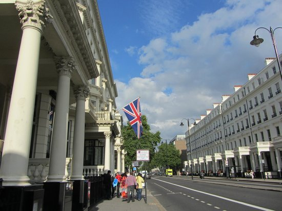 Fraser Suites Queens Gate: Our walk to the flat from Gloucester Road Tube stop